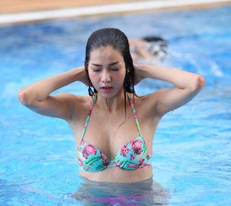 Bí Mật Về Làn Da Không Bắt Nắng Của Cô Nàng Đi Bơi 3 Lần 1 Tuần